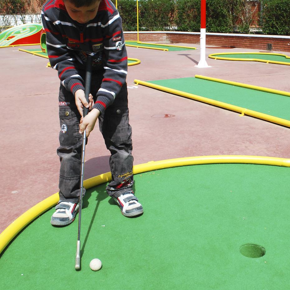 Com agafar el pal per jugar a minigolf
