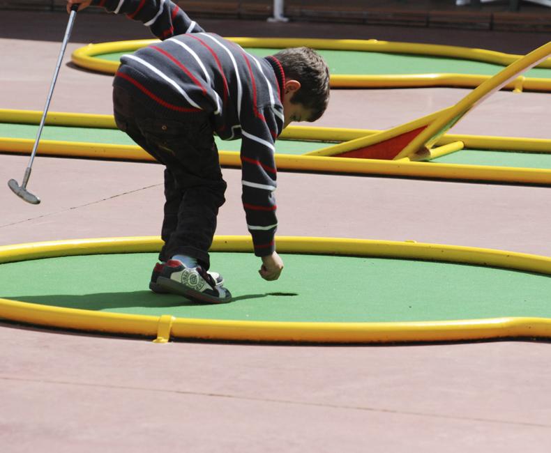 Nen jugant al Minigolf de Calella