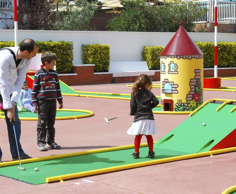 jugadors de Minigolf a Calella
