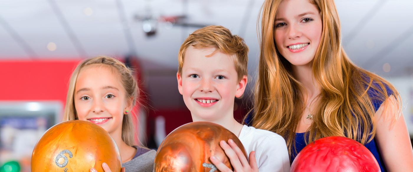 grup de nens amb bolos al Bowling-golf Calella